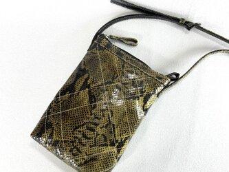 長財布の入るシンプルポシェット(ヘビ柄)の画像