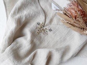 【Mサイズ リネン刺繍フレンチスリーブブブラウス】Tiny bouquet Beige × blueの画像