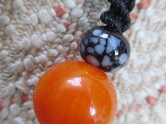 年代物アフリカ・アンバーと黒のとんぼ玉のお紐仕立てストラップの画像