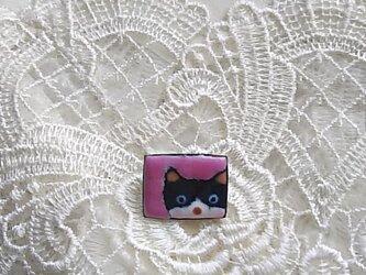 七宝 ちっちゃく可愛くはちわれ猫ブローチの画像