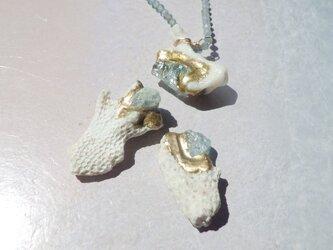 To the Calm Sea  珊瑚とアクアマリン原石の金継ぎピアス・イヤリングの画像