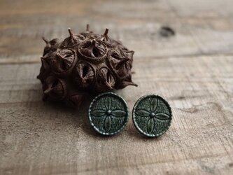 花のレリーフ耳飾り/みどり(ピアス)の画像