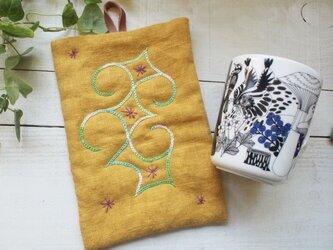 アイヌ刺繍の鍋つかみ リネンのマスタードイエローに白グリーングラデ レザーの鍋つかみの画像