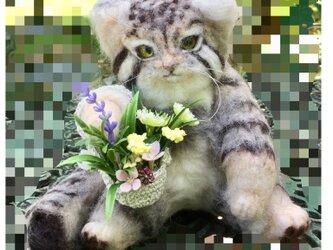 受注制作☆リアル可愛い花籠を持った羊毛フェルトのマヌルネコの画像