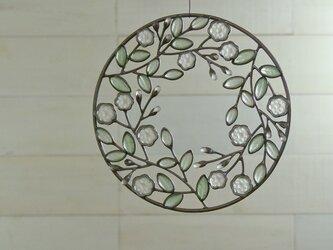 ガラスのリース[緑の葉と白い花]Lの画像