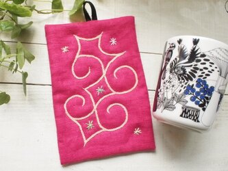 アイヌ刺繍の鍋つかみ リネンの鮮やかピンクに草木染ホップでの画像