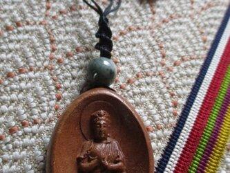 大日如来の彫り物:桃木と雪洞型の瑪瑙のお紐仕立てネックレス 飾り物の画像