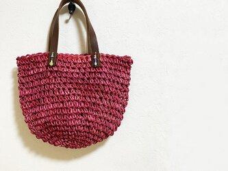 太い赤糸で編んだバケツ型かばんの画像