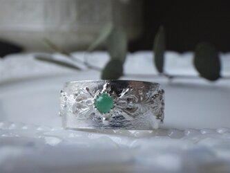 SVレリーフのエメラルドのリングの画像