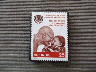 世界児童年 切手ブローチ 7375の画像