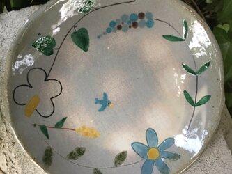素朴で優しいお花と青い鳥の大きめ皿の画像