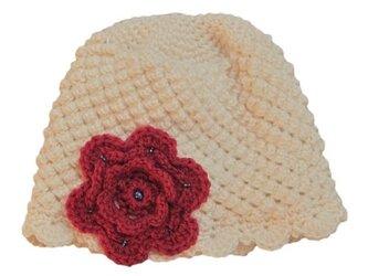 ポコポコ編地がかわいい帽子 赤いお花の画像