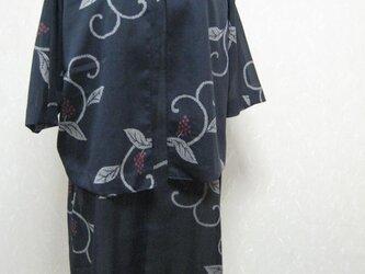 夏の黒地にブドウ柄でフレンチワンピースとジャケットのアンサンブルの画像