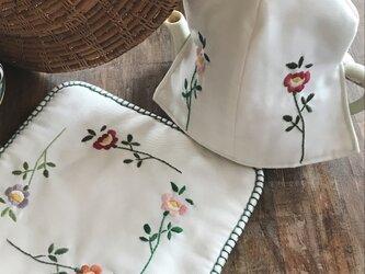 4色の花の刺繍のティーコゼーとポットマット(セット)の画像