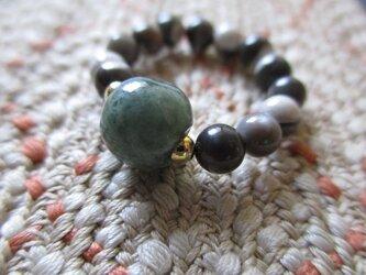 ろうかん質含有のミャンマー翡翠とマザーオブパールの指輪 護符リングの画像