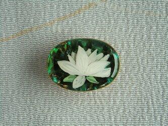 キラリ・白い蓮の小さな帯留めの画像