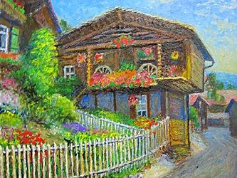 花と山小屋の画像