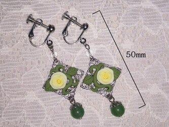 アベンチュリンと白薔薇のイヤリング(ピアス変更可)の画像