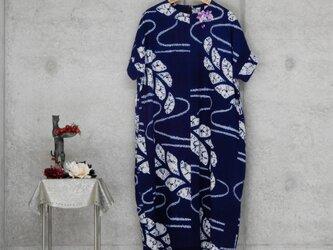 着物リメイク  有松絞りのワンピース/ フリーサイズ/藤/ブローチ付きの画像