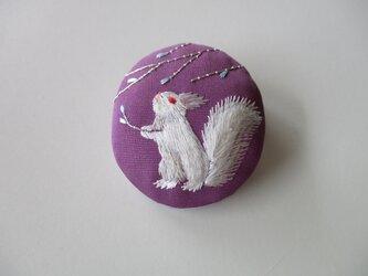 見上げる ブローチ 赤紫色の画像