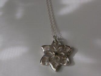 花の透かしネックレスの画像