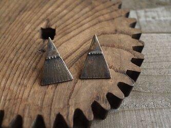 三角テントの耳飾り(イヤリング)の画像