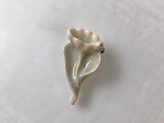 真珠の花[陶器ブローチ]の画像