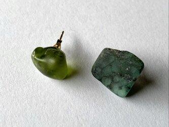 ペリドットとパイライト付きエメラルド原石の14kgfピアスの画像