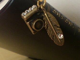 カメラと羽のブックマーカースワロフスキー付きの画像