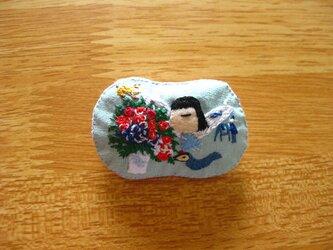 青い天使の女の子<布ブローチ(刺繍ブローチ)>の画像