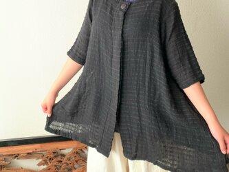 バックサイドティアードが楽しい前開き手織り綿チュニックブラウス 隠しボタンと丸襟ですっきり着こなし 黒無地の画像