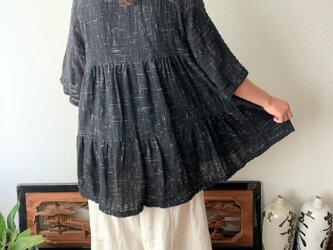 バックサイドティアードが楽しい前開き手織り綿チュニックブラウス 隠しボタンと丸襟ですっきり着こなし 黒絣の画像