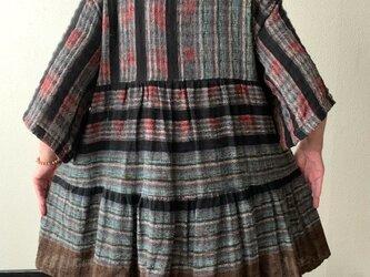 バックサイドティアードが楽しい前開き手織り綿チュニックブラウス 隠しボタンと丸襟ですっきり着こなし 茶グレイ絣の画像