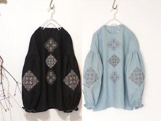 [ puyo様 専用 ] ソロチカ刺繍のリネンブラウス -light blue-&-black-の画像