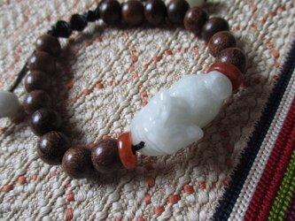 ヒキュウ/ミャンマー翡翠彫り珠とベトナム産沈香のお紐仕立てブレスレットの画像