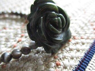 花の彫り珠瑪瑙とマザーオブパールのブレスレットの画像