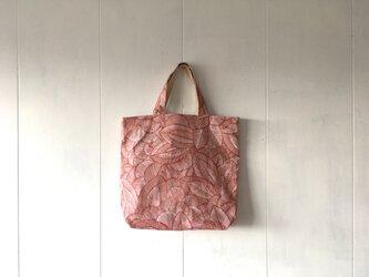 赤いリーフ模様の鞄の画像