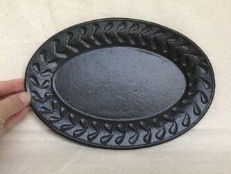 黒いオーバル皿(リーフ柄)の画像