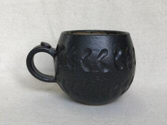 黒のマグカップ (しのぎリーフ柄)の画像