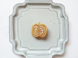 りんご9(ゴールド) 陶土ブローチの画像