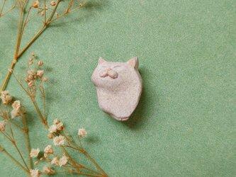 撫でられる猫2(ホワイト) 陶土ブローチの画像
