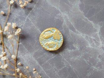 花咲くブローチ5(サックスブルー×ゴールド) せきそ粘土の画像