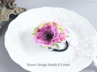 ピンクのアネモネとデルフィニウムのヘアゴム お花 ヘアゴム ピンク 薔薇 髪飾り おでかけ アネモネの画像