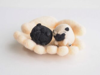 【受注製作】まゆパグの赤ちゃん・仔犬(フォーン・黒)~薄目orぱっちりおめめ~ 羊毛フェルトの画像