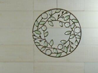 ガラスのリース[緑の葉と白い花]Sの画像