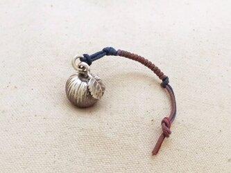 銀製の鈴 『 リンゴ 』 (シルバー925) 根付・バッグチャームの画像