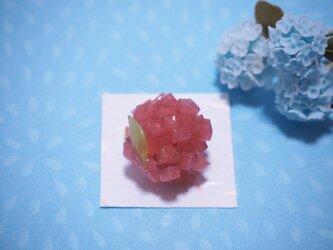 和菓子の紫陽花ブローチ(赤紫)の画像