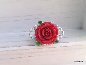 赤い薔薇の帯留めの画像