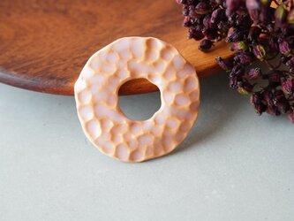 【陶器】サークル凹凸ブローチ ピンクの画像
