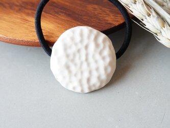 サークル凹凸ヘアゴム ホワイト【陶器】の画像